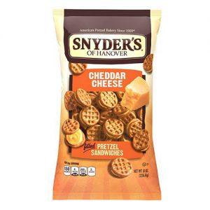 Σνακ Τσένταρ Πρέτζελ Snyders Cheddar Cheese Filled Pretzel Sandwiches 60g
